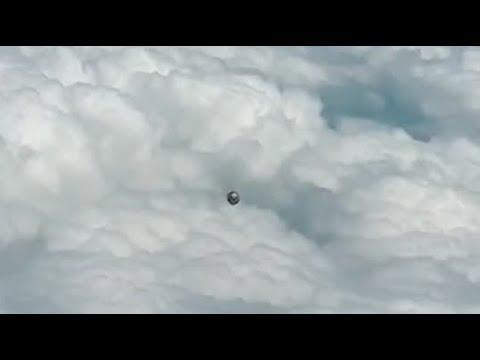Commercial airline pilot records curious UFO