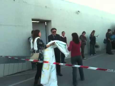 Gradisca d'Isonzo - Striscione davanti la porta del CARA