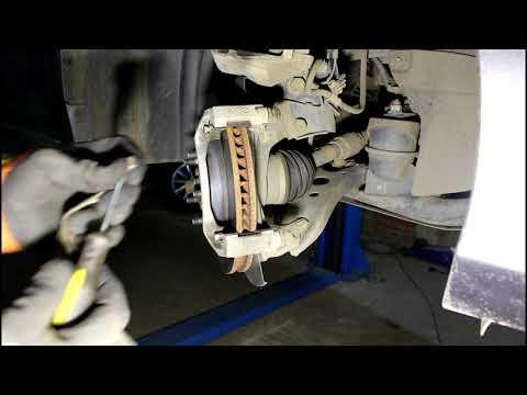 Замена передних тормозных колодок Toyota Camry XV50 Тойота Камри 2012 года, 2,5
