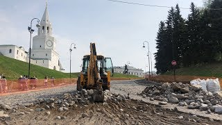 У Кремля начали разбирать мостовую