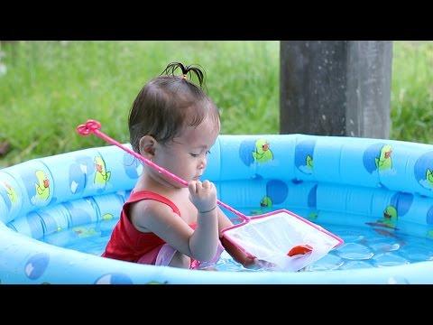 bayi lucu mandi dan menangkap ikan - baby cute catching fish