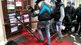 У Києві заблокували вхід до російського ВТБ Банку
