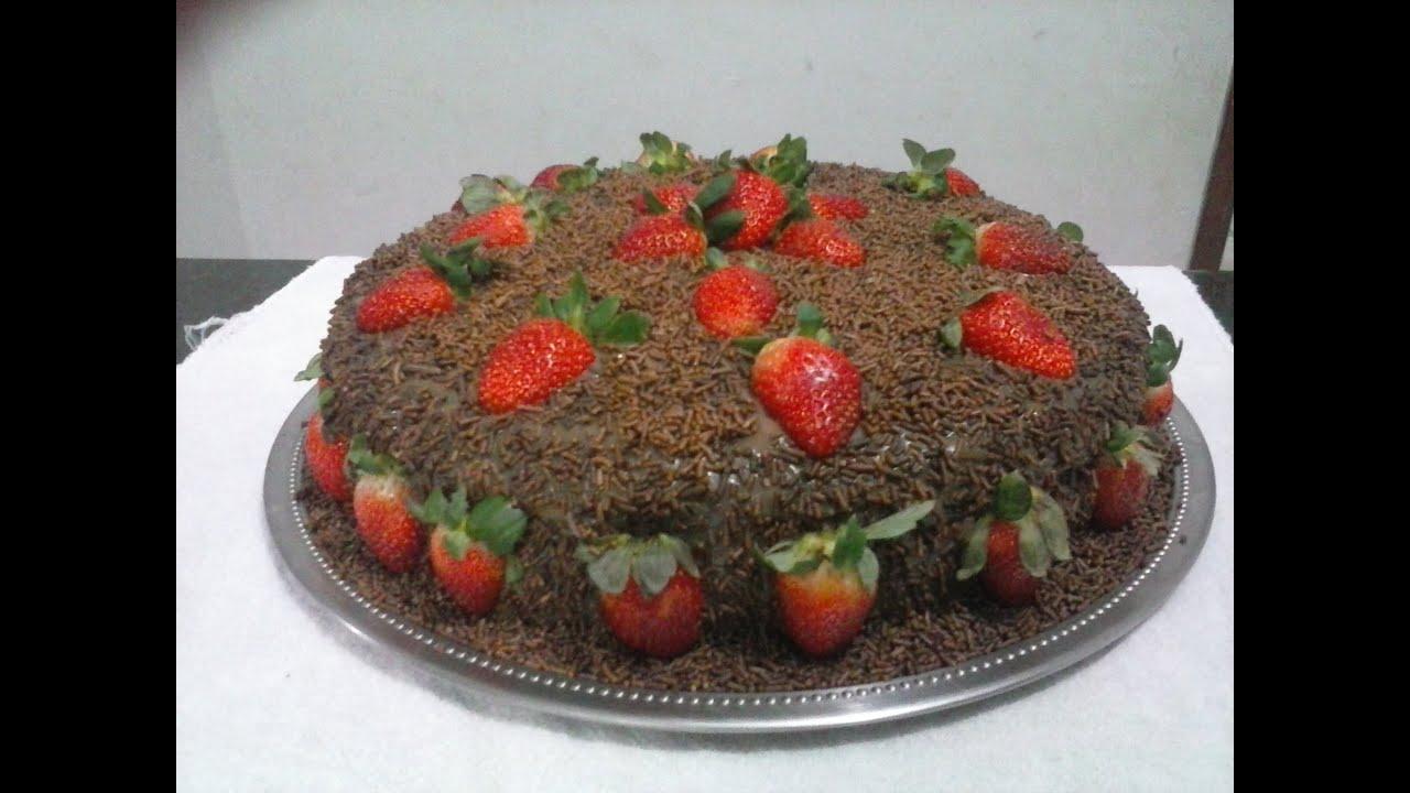 Bolo de chocolate com morango #03 YouTube -> Decoração Para Bolo Com Morango
