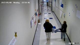 Als die Mutter das Video aus der Schule sieht ist sie fassungslos