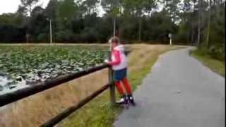США: УЧИМСЯ КАТАТЬСЯ НА РОЛИКАХ В ПАРКЕ  USA:  learn ride new roller-skate 2013 dec