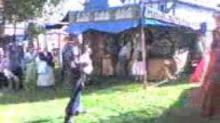 танцовщица на ходулях и менестрель.3gp