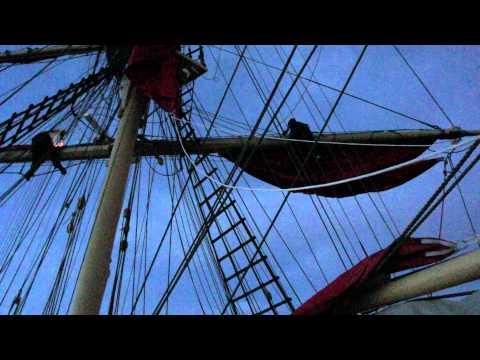 Алые Паруса 2011 - Вид с корабля - Распускаем паруса