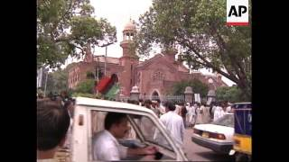 PAKISTAN: BENAZIR BHUTTO APPEARS IN COURT ON CORRUPTION CHARGES