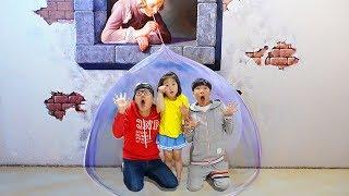 بولام وأبي يستمتعان في المتحف ويقومان بعمل فيديو مضحك boram in museum