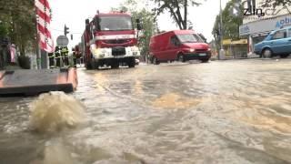 Prasklá voda vyplavuje zastávku Školní a ulici Štefánikovu
