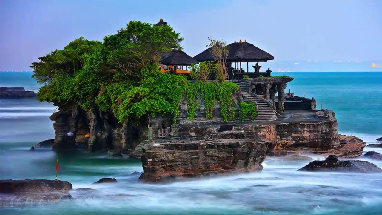 Keindahan Pantai Tanah Lot Bali Dengan Latar Belakang Batu karang