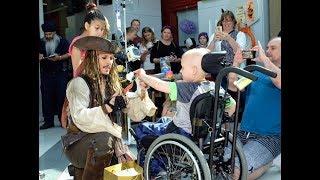 Johnny Depp visita hospital infantil vestido como Jack Sparrow