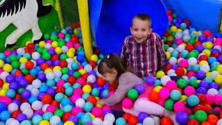 Діти граються в ігровому центрі. Відео для дітей українською. Дитячий україномовний канал ДеніМар Video