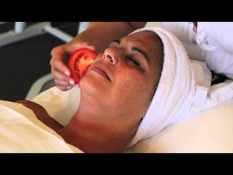 How to Reduce Facial Skin Pores by Rubbing Tomato on the Face : Healthy Skin Care