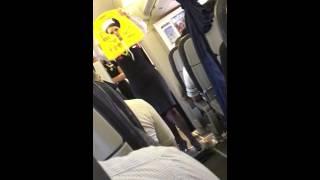Уроки безопасности в самолете. Удивительно, что впервые это вижу.