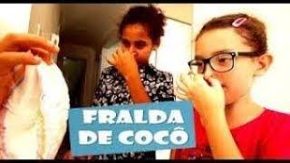Anita enfia a mão no cocô pra procurar moeda que Amora engoliu - Turma da Goiaba/EP.03
