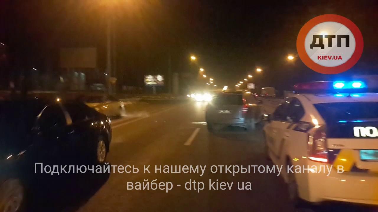Внедорожник Лексус в центре Челябинска сбил четырёх студентов на остановке