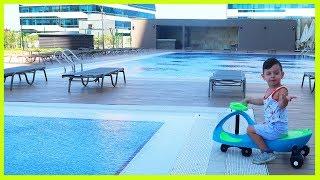 Parklar, Oyun Alanları ve Havuzların Olduğu Yeni Evimizin Etrafını Geziyoruz | Çocuk Videosu