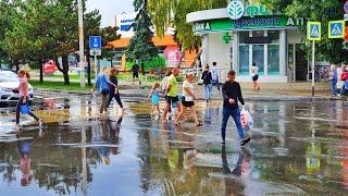 АНАПА - ПОСЛЕ ЛИВНЯ - ПОГОДА 30 СЕНТЯБРЯ 2020. ОПЯТЬ ЗАЛИЛО! ЦЕНТР КУРОРТА. Люди ищут зонты. Море.