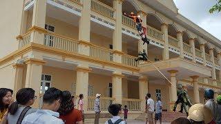 Nữ Sinh Nhảy Lầu Do Bị Bạn Bè Bắt Nạt Thái Quá, Đội Cứu Hộ Vì Quá Gấp Mà Tuột...