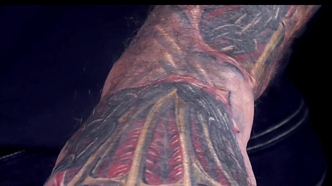 Biomechanik Muskel Tattoo Mit Aufgerissener Haut Und Ketten Hits For