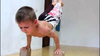 Cмотреть смешные дети видео  5 летний спортсмен 1(Детские песни и клипы. Свежие. Будь курсе последних музыкальных новинок. Подпишись на наш канал: http://www.youtube.c..., 2015-11-12T16:51:11.000Z)