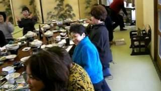 河内女性部・新年会でカラオケ「 麦畑 」を熱唱している方と見て楽しん...