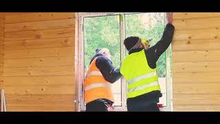 Поставить окна без обсады и учесть зазор в деревянном доме.