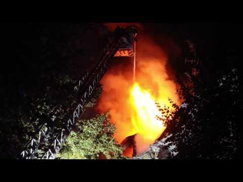 Löscharbeiten: Großbrand in Schöneberg