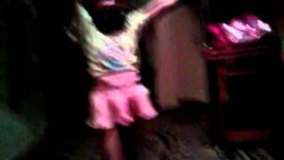 Девочка юля танцует песню нюшу