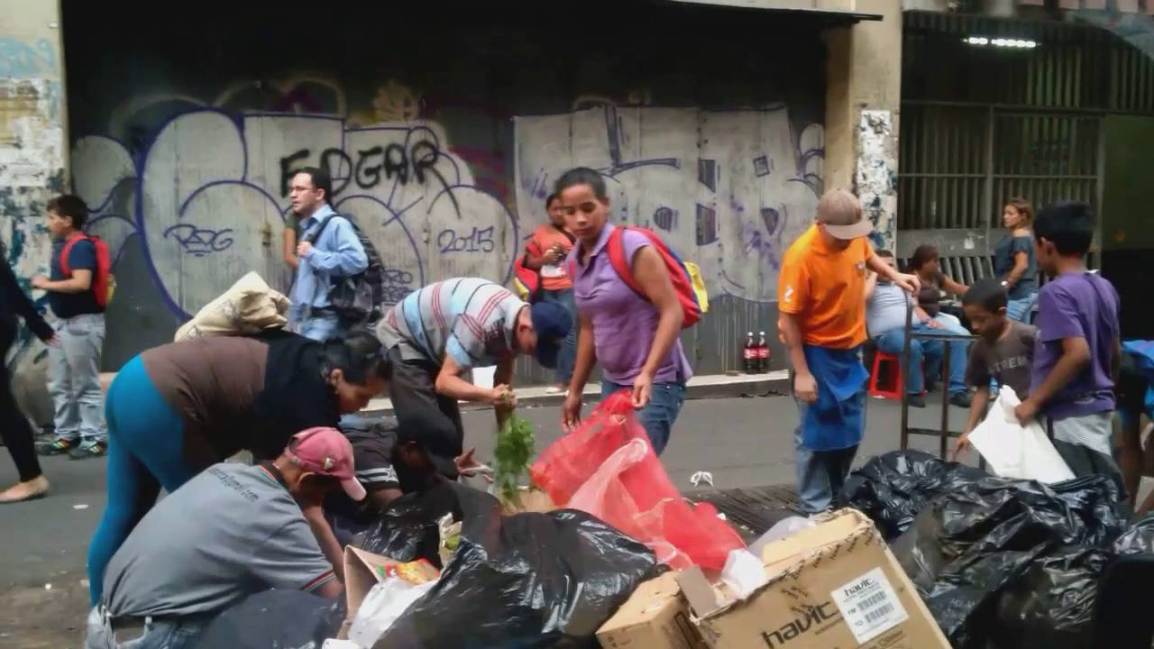 Resultado de imagen para gente comiendo dela basura en venezuela