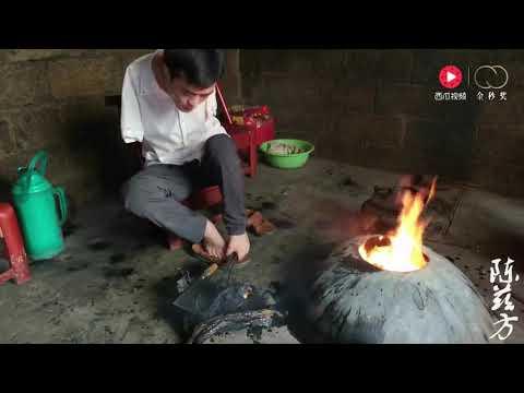 烧、刮、洗,无臂小伙陈兹方用双脚把土家族腊肉清洗得干干净净