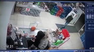 Video: Entró a un supermercado chino, baleó a la cajera y se escapó sin robar nada