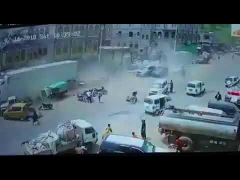 شاهد بالفيديو : حادث مروري مروع لقاطرة مسرعة في وسط مدينة اب .