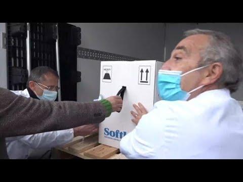 Ecco le fiale italiane di vaccino: il farmaco scaricato dal furgone frigo allo Spallanzani