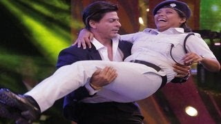 Shahrukh Khan lifts a lady Constable - SPARKS CONTROVERSY