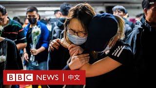 周梓樂不治:香港多區燭光悼念衝突中墮樓大學生 - BBC News 中文