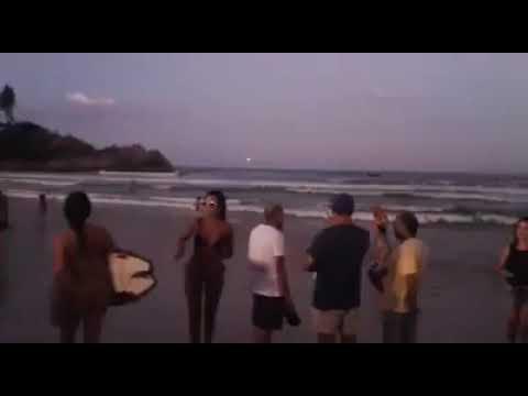 Bola de fogo cruza o céu em praia de Florianópolis