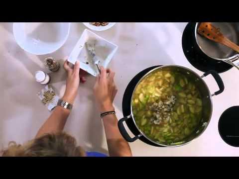la-recette-minute---velouté-glacé-de-courgettes-au-roquefort-et-aux-noix