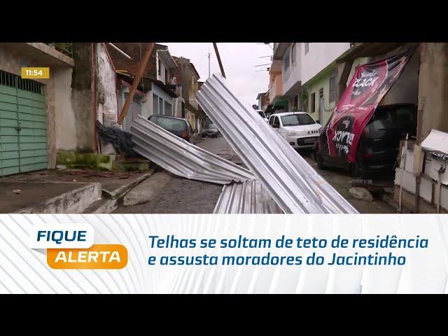 Ventania: Telhas se soltam de teto de residência e assusta moradores do Jacintinho