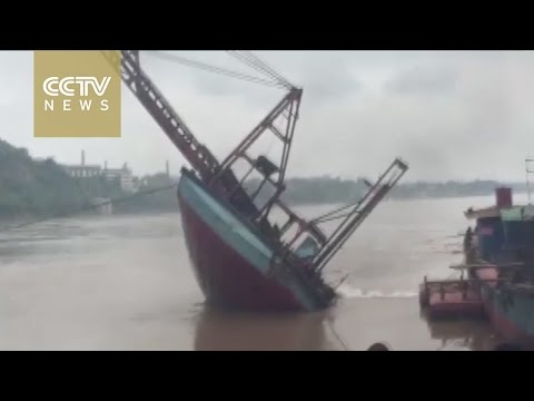 Footage: Large boat capsizes in the Yangtze River in an instant