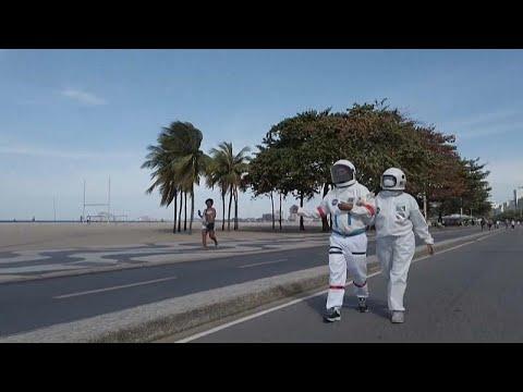 شاهد: بزة لرجال الفضاء للحدّ من انتشار فيروس كورونا على شاطئ كوباكابانا…