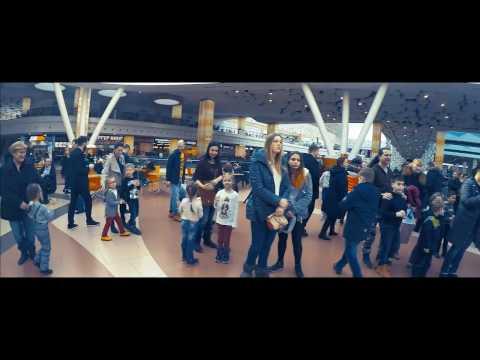 Видео: чумовой флешмоб в торговом центре Москвы