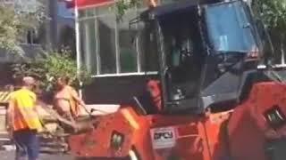 В центре Ростова во время укладки асфальта провалился под землю каток