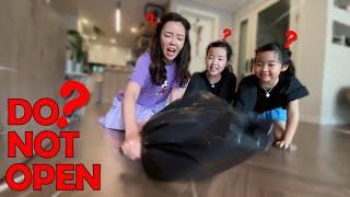 검은 봉투 속에 뭔가 있다? 검은 봉투의 정체는? 유령봉지 비둘기몰카 몰래카메라 Ghost plastic bag Prank l What is in the plastic bag?