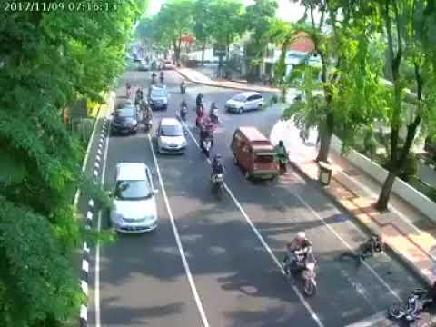 Heboh...baru viral!!Kecelakaan Di Kota Surabaya jln darmo terekam CCTV