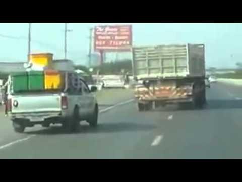 สิบล้อตบเกรียน รถกระบะตกข้างทาง