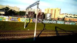 Смотреть видео Граффити из окна поезда. Что рисуют на заборах в Москве. онлайн