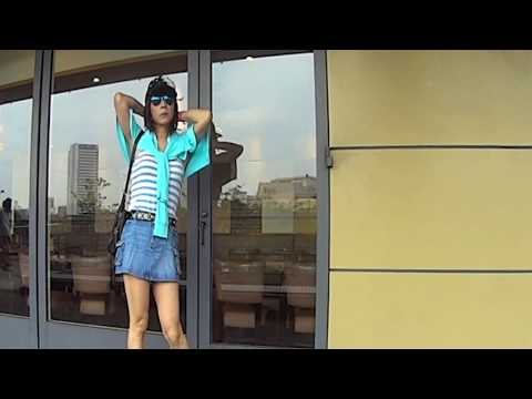 風に吹かれてデニムの限界超ミニスカ撮影The boy who puts on and sings a miniskirt