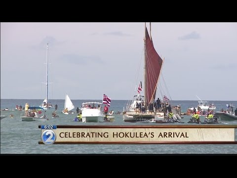 Tens of thousands gather at Magic Island to welcome Hokulea home